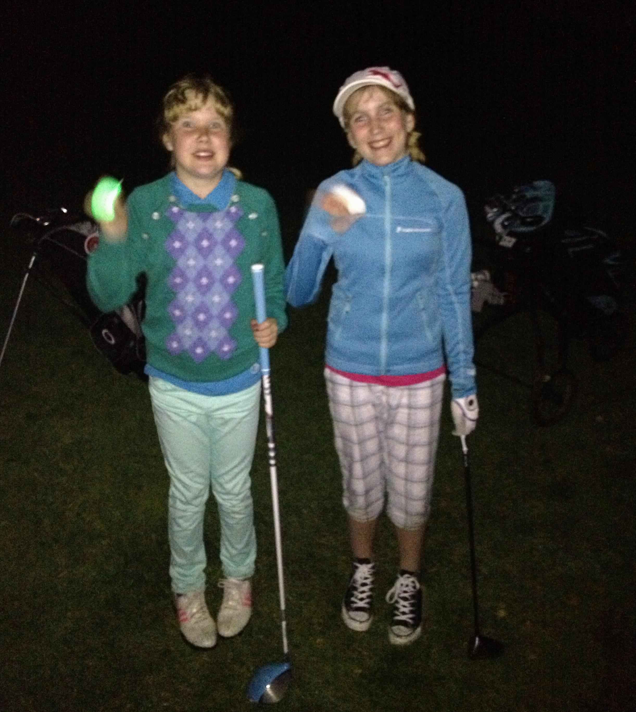 Hohtogolfia iltahämärässä Imatran Golfin kentällä.