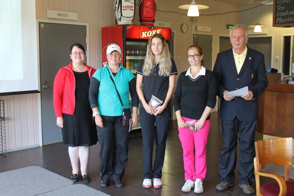 Naisten mitalikolmikko yhdessä kilpialunjohtajana toimineen Matti Sakaran ja Viipurin Golfin toiminnanjohtaja Terhi Salmisen kanssa.
