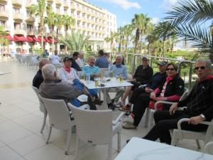 Päivän peliurakka on takana ja vuorossa kootut selitykset hotellin terassilla. (Kuva: Päivi Latvala)