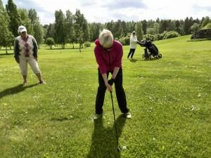 Innokkaimmat etenivät viikon aikana jo kokeilukierrokselle. Rauni Sinkkonen jatkaa raffista kohti viheriöitä. Lyöntiä seuraavat ryhmän kierroskummina toiminut Soile Salminen (vas.) ja Sirkku Okko.