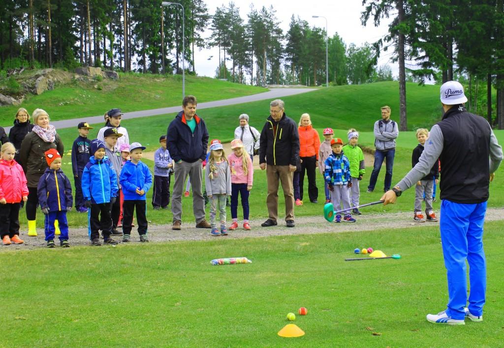 Tutustujat kuuntelivat tarkasti ohjeita turvallisuudesta golfkentällä ja harjoitusalueilla.